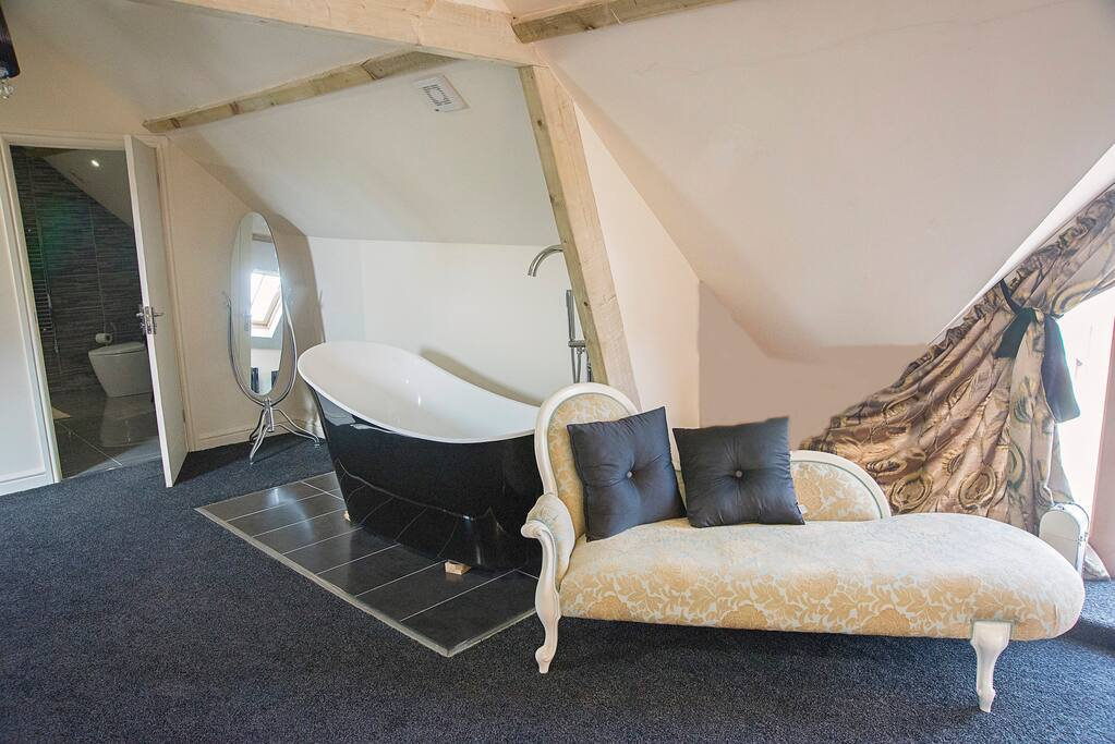 In room bath and chaise