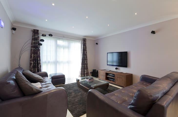 Modern, spacious 2 bedroom and secure parking
