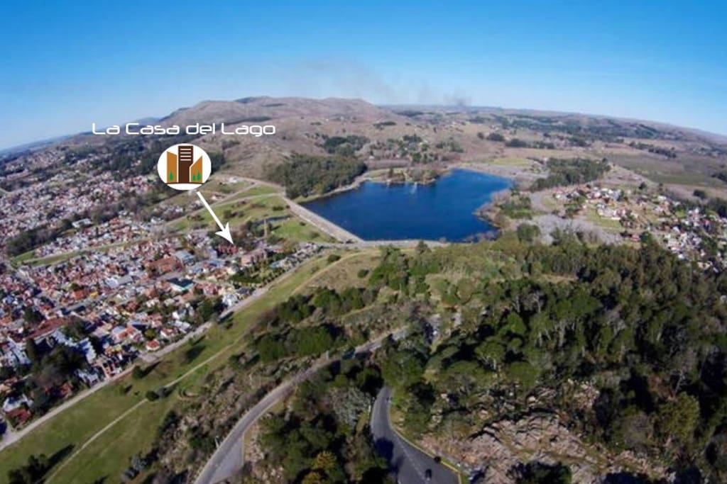 Sobre Av. Alvear a solo 50 mts del Lago del Fuerte.