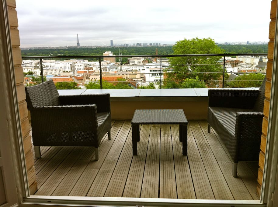 The terrace with a panoramic view of Paris / La terrasse avec une vue panoramique sur Paris