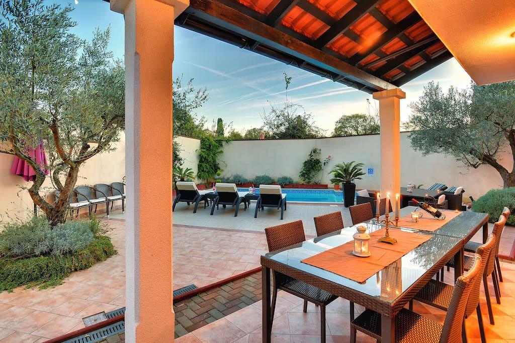 Covered terrace for dinings al fresco
