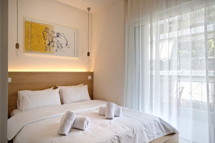 Bedroom full of light and access to the balcony, with high quality linen and towels for our guests !