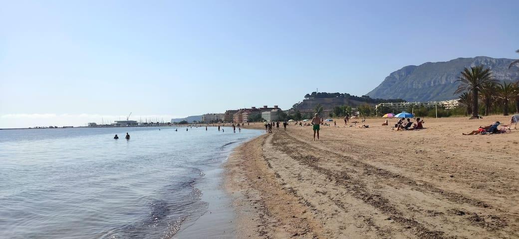 Atico en urbanización con piscina a 5 mts playa.
