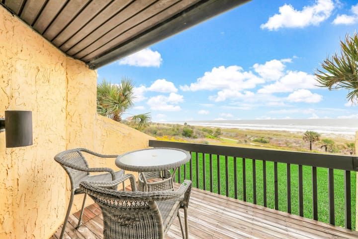 Oceanfront getaway w/ a shared pool, hot tub, fitness room, & easy beach access