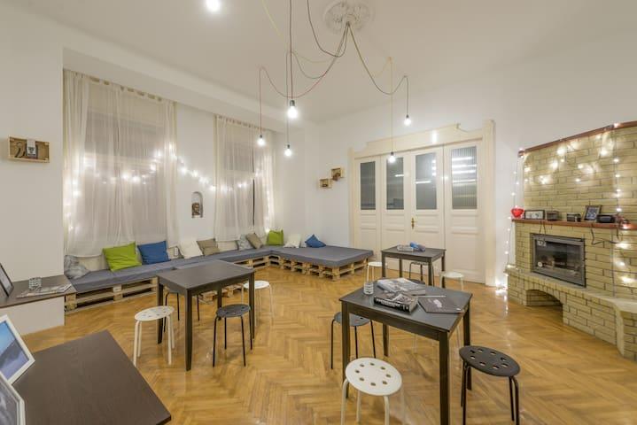 6-bed mixed dorm with balcony - บูดาเปสต์ - ที่พักพร้อมอาหารเช้า