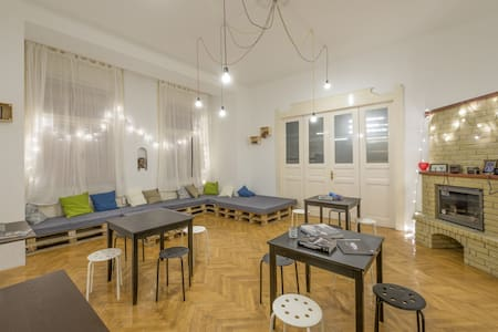 6-bed mixed dorm with balcony - Budapest - Bed & Breakfast