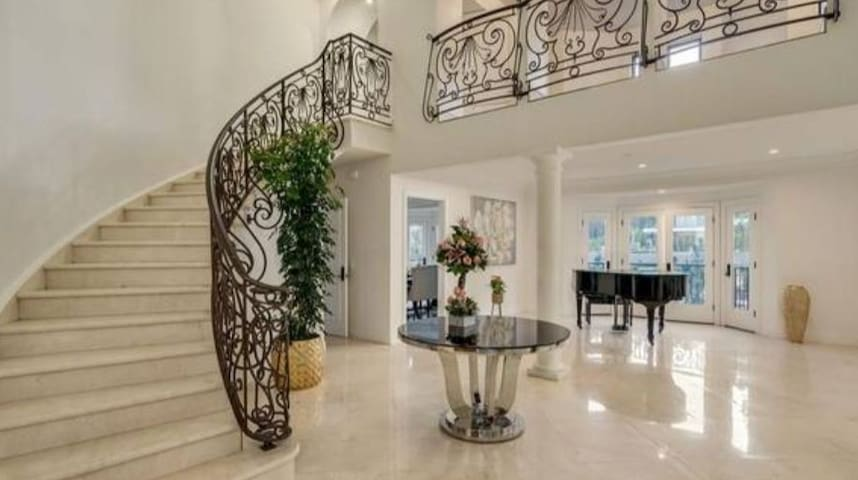 Beautiful private villa in heart of Beverly Hills