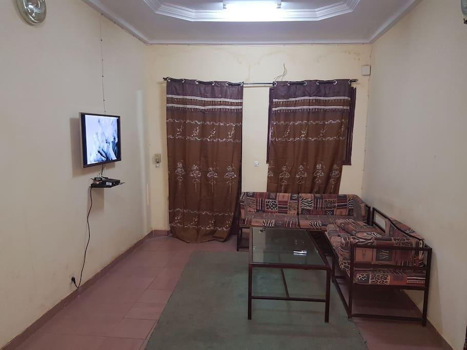 un Grand salon avec télévision écran 43 et décodeur canal +