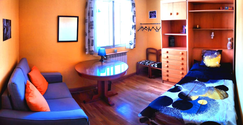 Colourful Room in Cozy & Peaceful Flat - Valladolid - Appartement