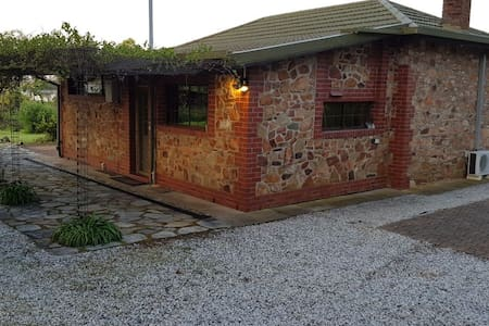 Barossa Glen - Henri's Cottage - Bed and Breakfast