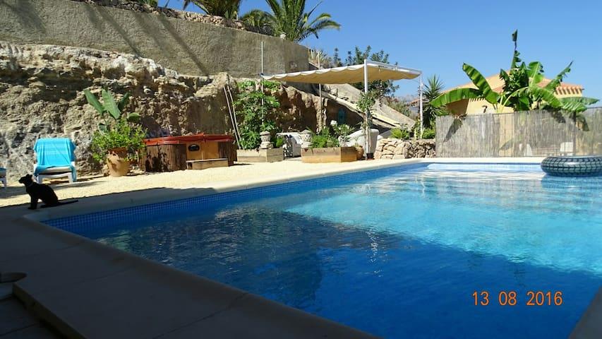 Casita del Monte met privé zwembad en jacuzzi - Alfas del Pi - Bed & Breakfast