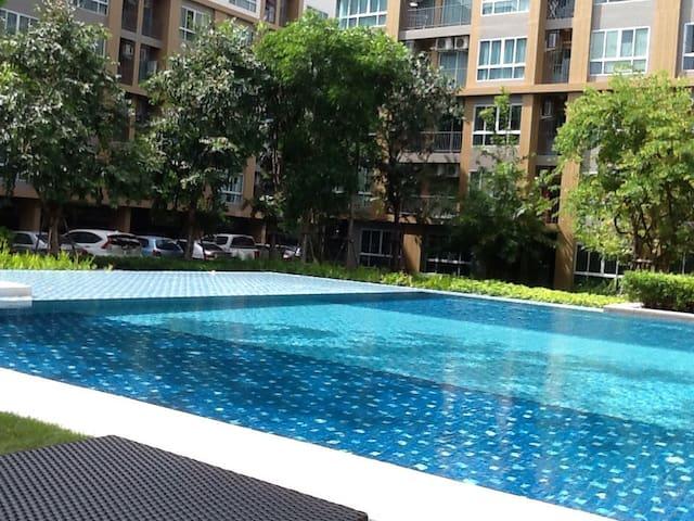 ห้องพักสวย วิวสระน้ำ ใจกลางเมือง - เมืองระยอง - Apartemen