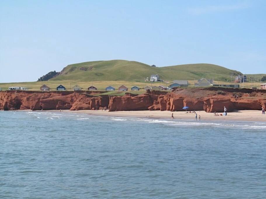 Près des falaises de grès rouge et du sable doré.