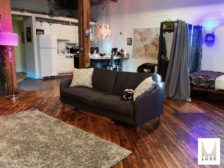 💠 Ultramodern Movie Night Experience Loft Downtown
