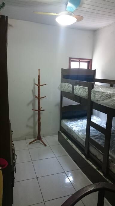 Quarto com 3 camas de solteiro, cabideiro, armário