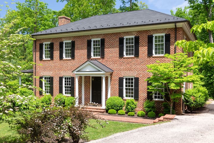 Stately, Pet-friendly luxury home, complete with wet bar, pool table, and WiFi
