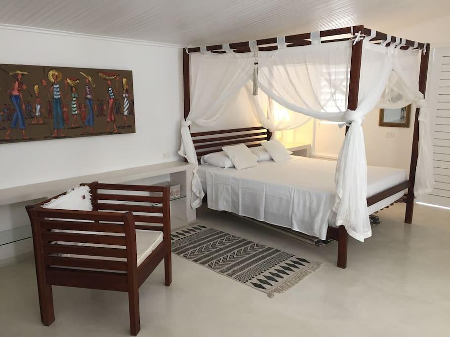 Beim romantischen Himmelbett ist das Moskitonetz Dekoration - mangels Moskitos.