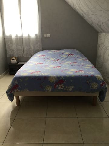 Chambre avec un grand lit deux places.