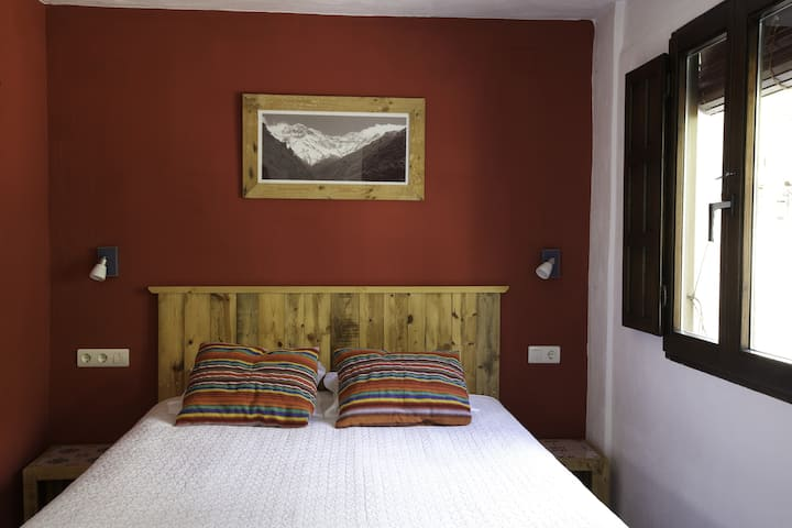 Large double/triple room with bathroom (Mulhacen)