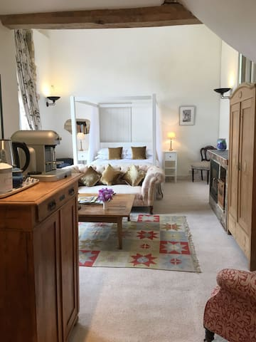 Secluded B and B in a hidden Cotswold valley