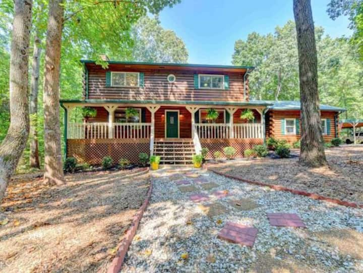 **Cozy Cabin! Perfect for Large Groups & Events**