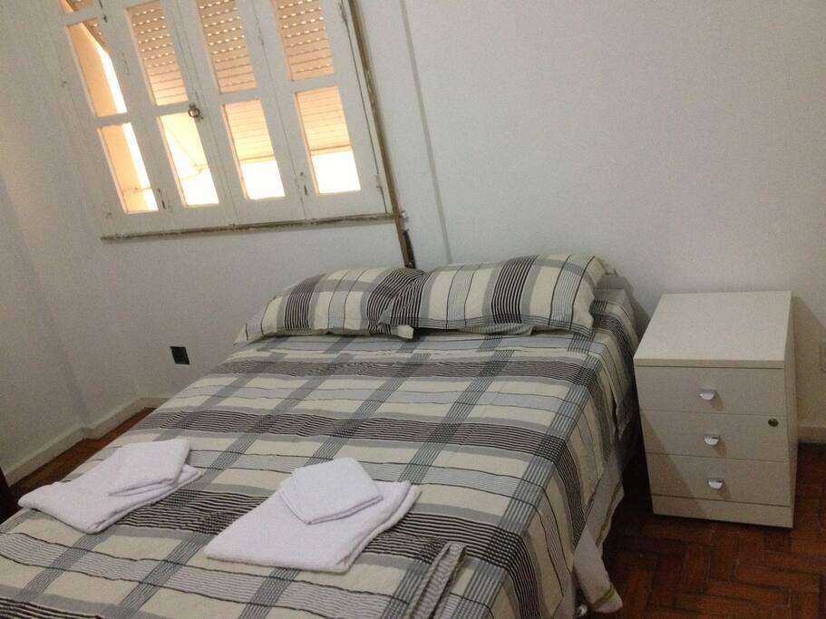 4  quartos com 3 camas de casal e 4 de solteiro