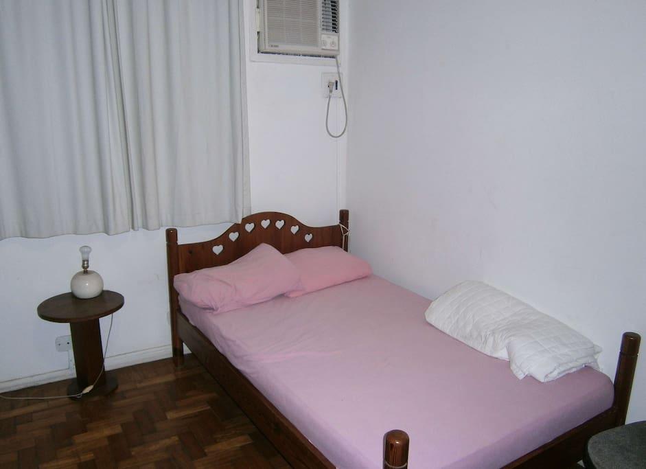 Suíte com ar condicionado, cama de casal, tv e dvd.
