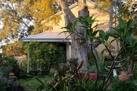 Studio home in quiet garden setting - Rumah