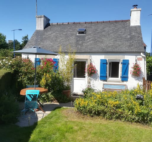 Little cosy holiday cottage, small garden