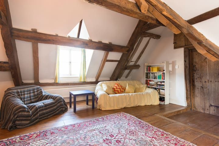 Spacious attic suite in listed town house - Royal Wootton Bassett - House