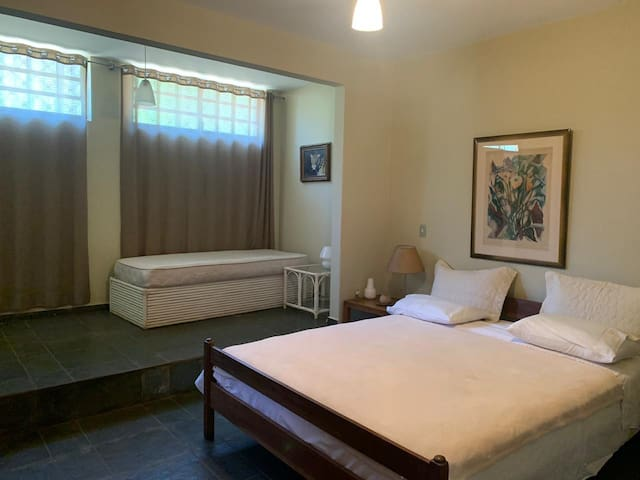 Suite casal #6. Possui 1 cama de casal queen size + 1 cama de solteiro.