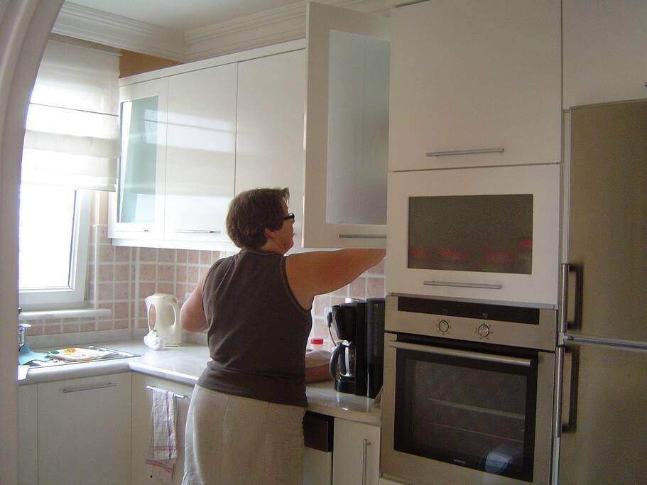 n keuken met alle voorzieningen zoals een afwas machine