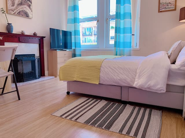 Large,comfortable 3bed,sleeps 6, 15mins to centre!