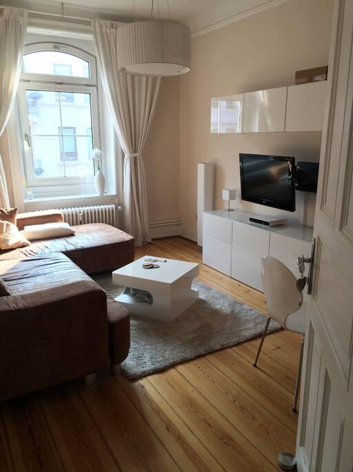 helles, gemütliches Wohnzimmer mit klaren Linien und schlichtem Design