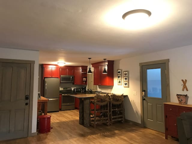 3 Bdrm Owner's Qtrs of Inn(3 miles from Sugarbush) - Warren - House
