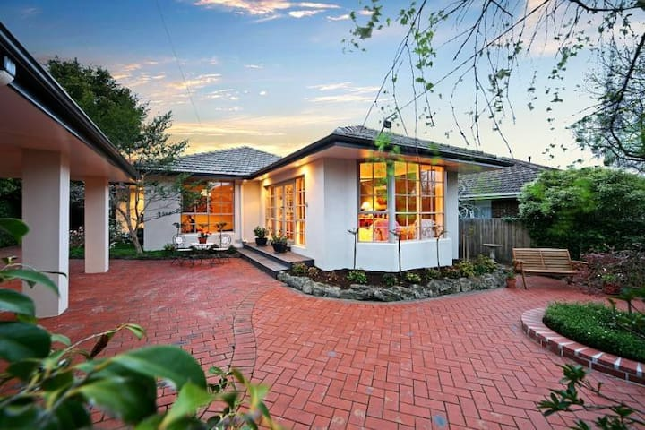 B&B Guest House with Pool Room 1 - Murrumbeena - Bed & Breakfast