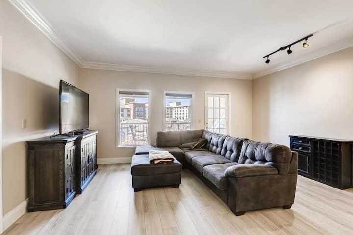 NEW: Remodeled 2BR 2BA condo with beautiful view!