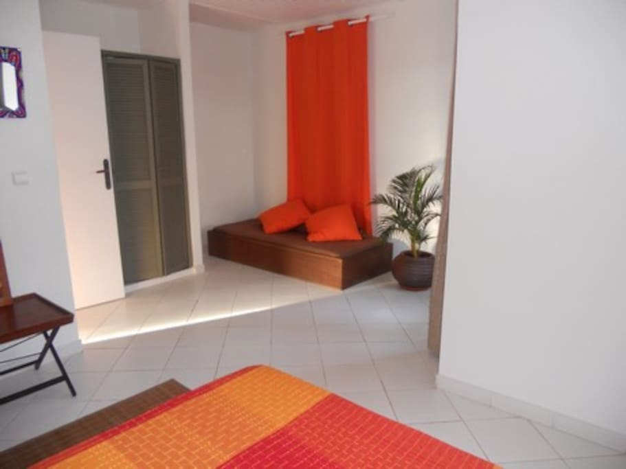Chambre Orange, Lit double et lit simple, avec ventilateur mural