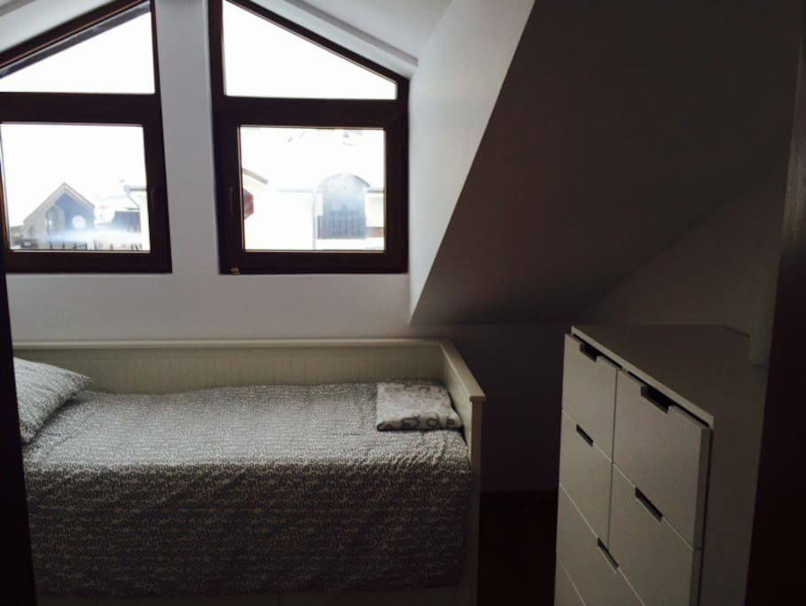 2 nd bedroom that bed pulls out into a double