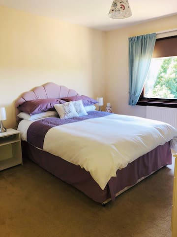 Comfortable ensuite double close to town centre