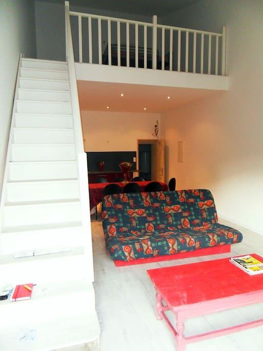 Pièce à vivre (cuisine, coin repas, TV + Mezzanine comprenant 4 couchages en 90.