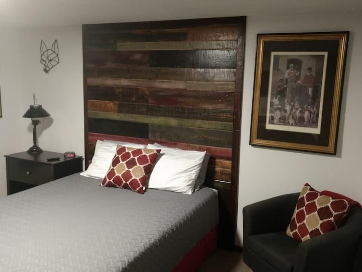 Fox & Hound Room - Private Efficiency Studio Apt