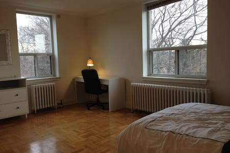 Big Private Room. 5min to Subway/15min to downtown - Toronto - Appartamento