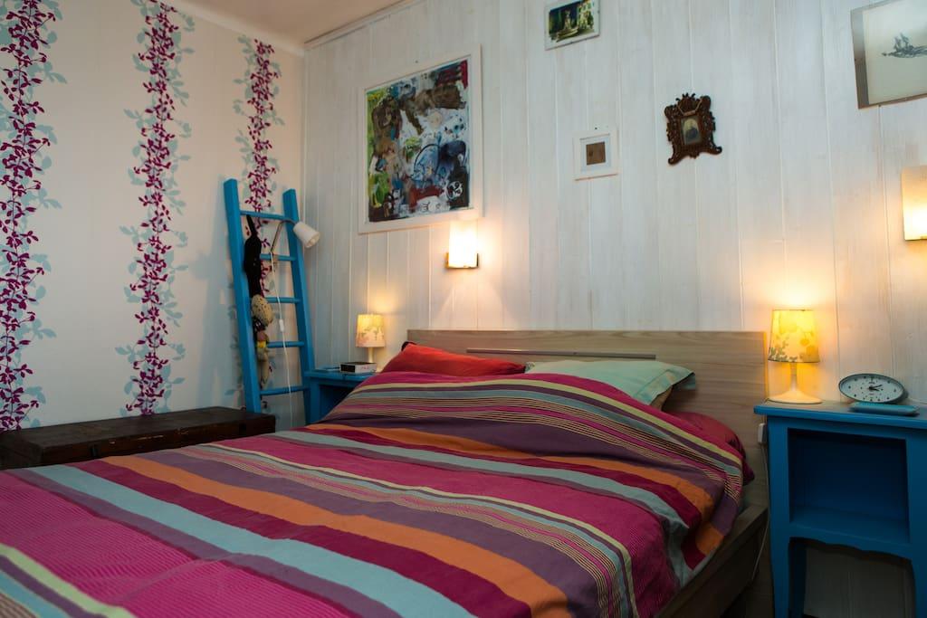 Une chambre avec lit double en 140