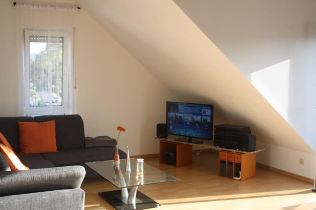 Wohnbereich mit Flatscreen und Soundanlage