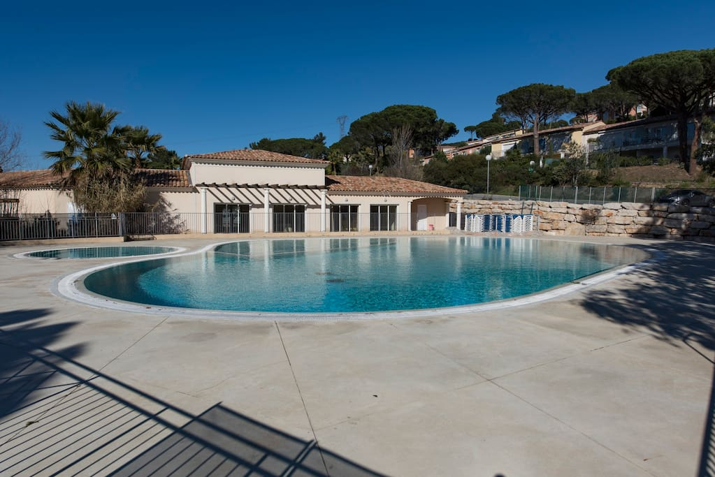 Charmant appartement piscine apartments for rent in for Piscine sainte maxime