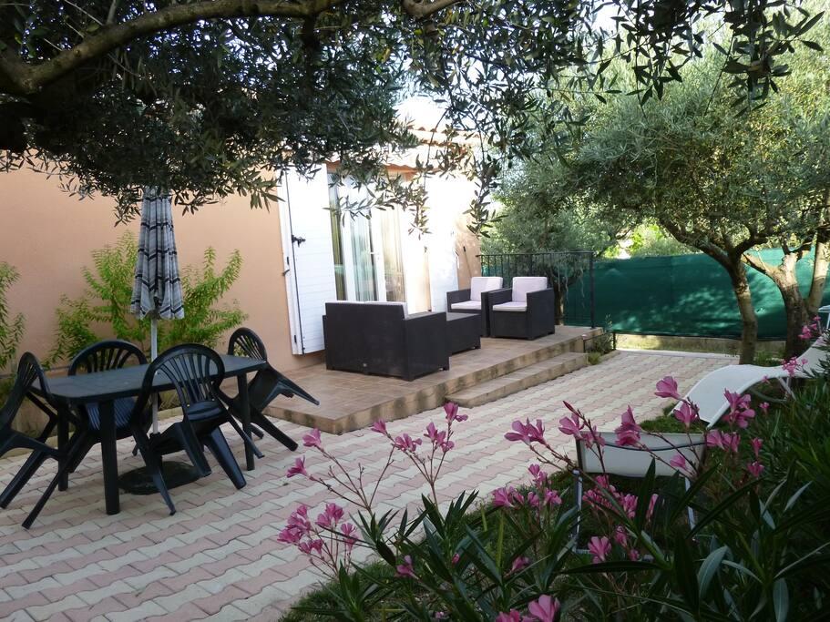 Jardin privé sans vis à vis, équipé d'un salon de jardin, barbecue, table chaise et transats pour se détendre.