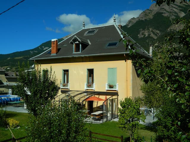 une villa mexicaine en Ubaye - Jausiers - Bed & Breakfast