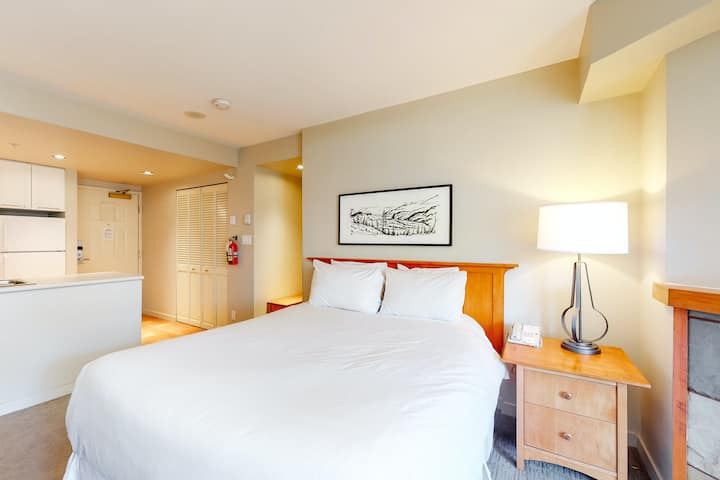Comfy fourth floor studio w/ shared hot tub, jetted tub, walk to lifts & more!