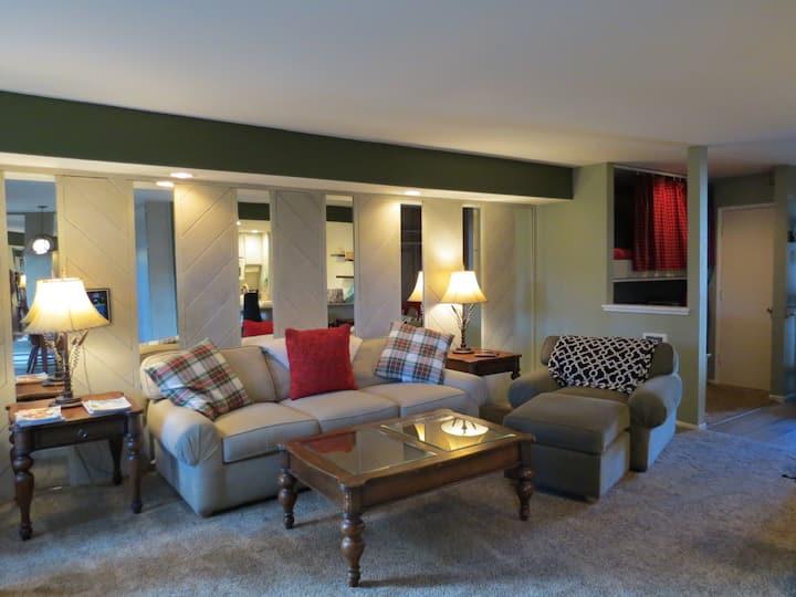 Renovated, cozy condo, Sleeps 6, Close to Village!